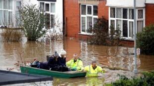 Resgate de pessoas após  passagem da tempestade Dennis em Hereford, Grã-Bretanha, 17 de fevereiro de 2020.