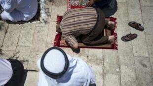 Muçulmanos rezam na primeira sexta-feira (dia de adoração e preces) do Ramadã, o mês sagrado no calendário muçulmano.