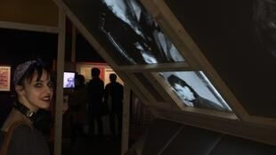 """Ana Leorne, doutoranda portuguesa da EHESS na exposição """"The Velvet Underground - New York Extravaganza"""""""