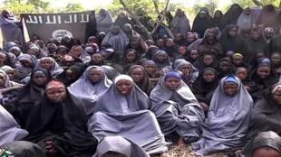 Imagen del video difundido por el grupo islamista Boko Haram con presuntas estudiantes secuestradas en Chibok.