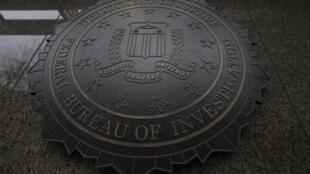 位於華盛頓的美國聯邦調查局總部大樓可以看到聯邦調查局的圖章