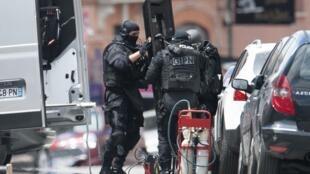Policiais franceses preparam equipamento de resgate em Toulouse, nesta quarta-feira.