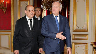 Бывший министр иностранных дел Жан-Марк Эро (справа) и новый министр Жан-Ив Ле Дриан на церемонии передачи полномочий 17 мая 2017 г