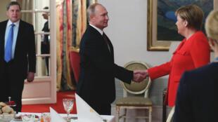 Владимир Путин и Ангела Меркель перед «рабочим завтраком» на саммите G-20 в Буэнос-Айресе. 01.12.2018