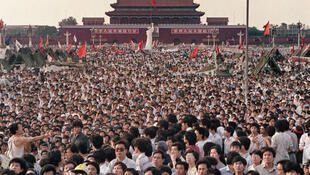 """عکس آرشیو - تظاهرات در میدان """"تیه نان مِن"""" پکن، در سال ۱۹۸۹"""