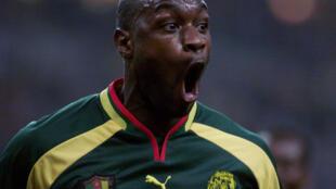 Le joueur camerounais Patrick MBoma laisse éclater sa joie, le 04 octobre 2000 au Stade de France, après avoir inscrit le but égalisateur, lors du match amical de football entre la France et le Cameroun.