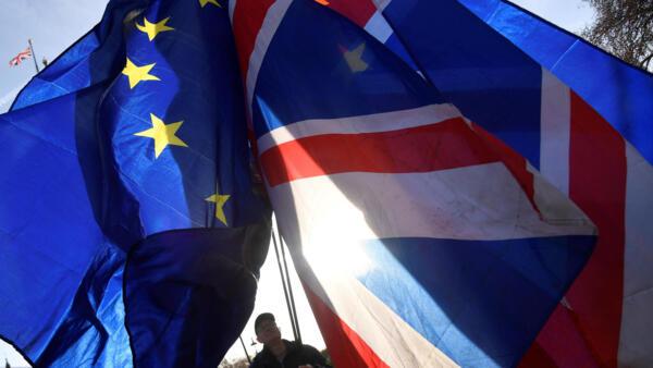 12月17日,伦敦,反脱欧示威者高举欧盟与英国的旗帜在国会门前示威。