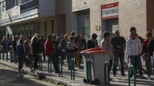 Desempregados esperam abertura de uma agência de emprego em Madri, 29 de abril de 2014.