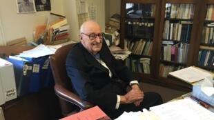 在书斋中的狄百瑞教授。
