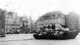 Chiến xa khối Vacxava tại thủ đô Praha, Tiệp Khắc, tháng 08/1968