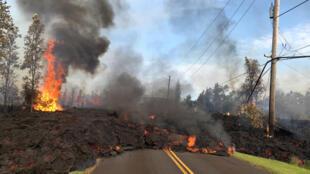 Larva do vulcão Kilauea invade estrada no Havaí. 06/05/218