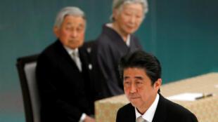 日本天皇、皇后与首相安倍晋三在日本武道馆举行的第73次终战纪念日活动上 2018年8月15日