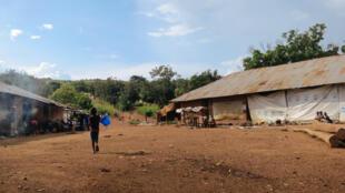 A Yamba, dans le département de la Bouenza, frontalier du Pool, près d'un millier de déplacés a trouvé refuge dans les ruines d'une ancienne société d'élevage.