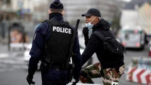 Policiais nas ruas de Paris para controlar a aplicação do confinamento imposto pelo governo.