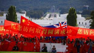 圖為澳大利亞愛國華人展幅歡迎李克強到訪