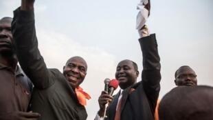 François Bozizé (à gauche) et le président du parti Kwa Na Kwa Bertin Bea saluent la foule le 21 décembre 2019, dans le district Boeing de Bangui.