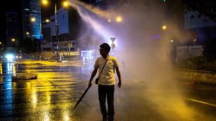 香港警察使用水炮 2019年9月28日 周六 La police anti-émeutea a utilisé un canon à eau lors d'un rassemblement devant l'édifice du Conseil législatif à Hong Kong, le 28 septembre 2019.