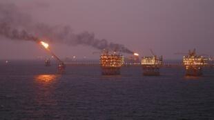 Khai thác dầu lửa từ mỏ Bạch Hổ ở ngoài khơi Vũng Tàu.