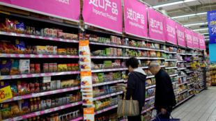 Hàng nhập khẩu tại một siêu thị ở thành phố Thượng Hải, Trung Quốc, ngày 3/4/2018.