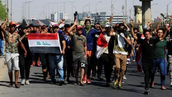 Manifestantes saem às ruas de Bagdá, em 4 de outubro de 2019.