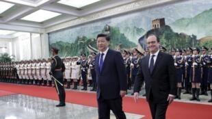 O presidente chinês, Xi Jinping (esq.) recebia o chefe de Estado francês, François Hollande (dir.).