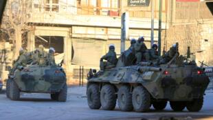 Lính và thiết giáp Nga trên đường phố Aleppo, Syria, ngày 2/02/2017