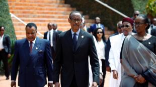 O Presidente ruandês Paul Kagame acompanhado pela sua esposa Jeannette e  pelo seu homólogo congolês  Denis Sassou-Nguesso, a chegada para a cerimónia dos 25 anos do genocídio.Kigali. 7 de Abril  de 2019.