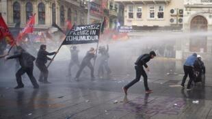 Dès le mardi 14 mai, des manifestations ont débuté (ici dans le centre d'Istabul) pour protester contre la déresponsabilisation des autorités dans le drame de Soma, en Turquie.