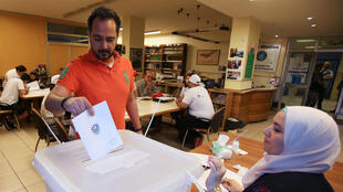 Un elector votando en la ciudad de Sidón, Líbano, este 6 de mayo 2018.