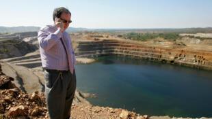 George Forrest au téléphone devant la mine de Luiswishi, dans la province du Katanga, en RDC, en 2005.