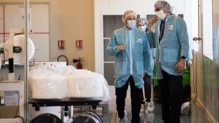 Emmanuel Macron visita fábrica de produção de máscaras em Angers, no oeste de França.