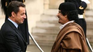 Николя Саркози принимает Муаммара Каддафи в Елисейском дворце 2007 г. (архив)