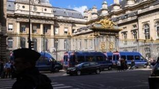 کاخ دادگستری پاریس در جزیرۀ «سیته» واقع در مرکز پایتخت فرانسه