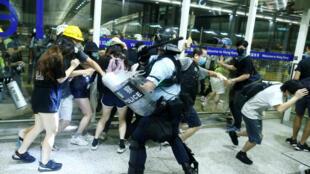 Enfrentamientos entre manifestantes y policías en el aeropuerto de Hong Kong, este 13 de agosto de 2019.