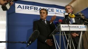 Pilotos da Air France rejeitaram a proposta anunciada nesta manhã pelo diretor da companhia, Alexandre de Juniac (E).