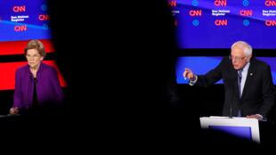 Elizabeth Warren y Bernie Sanders durante el debate del 14 de enero en Des Moines.