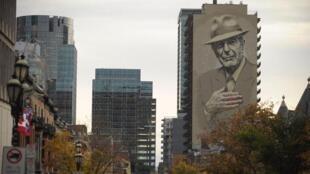 تصویر لئونارد کوهن بر اساس عکسی که دخترش گرفته بود، در مرکز شهر مونترآل نقش بسته