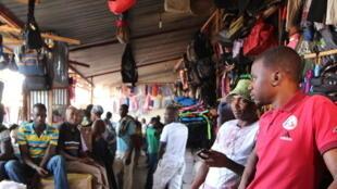 (Photo d'illustration) Des vendeurs dans un marché de vêtements et de chaussures de seconde main à Kigali au Rwanda, le 30 juin 2016.