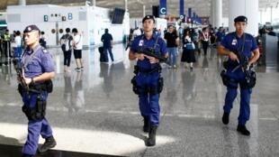 Cảnh sát đi tuần tại phi trường Hồng Kông ngày 14/08/2019, sau những vụ xô xát với người biểu tình hôm trước.