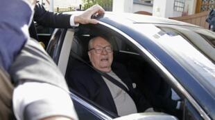 O presidente de honra e um dos fundadores do partido da extrema-direita Frente Nacional, Jean-Marie Le Pen, nas proximidades da sede da legenda em Paris, nesta segunda-feira (4).