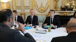 Первое заседание Совета по экологической защите. Слева от Макрона — министр комплексных экологических преобразований Франсуа де Рюжи. Воду потребляет премьер-министр Эдуар Филипп