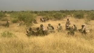 Soldados nigerianos durante uma operação contra Boko Haram em Novembro de 2015.