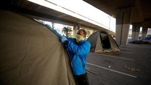 Le Cap, Afrique du Sud, le 28 mars: des tentes sont édifiées pour accueillir en urgence les sans-abris pour tenter de limiter la propagation du coronavirus dans le pays.