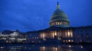灯火中的美国国会大厦。 照片拍摄于01/24/2020。