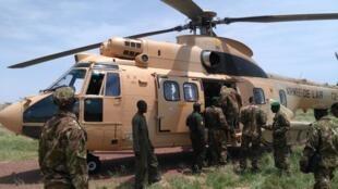 Des soldats maliens embarquent dans un hélico de l'armée de l'air du Mali à Léré, dans le centre du pays.