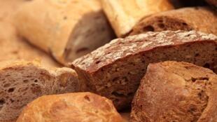 Le pain multicéréales aux grains complets est le pain qui contient le plus de nutriments et la plus grande diversité de nutriments.