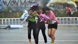 Chinesas se protegem de tempestade que antecipava a chegada do Hayan ao sul da China