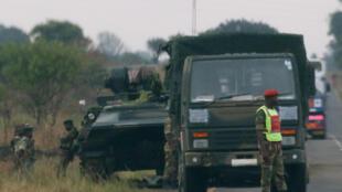 Veículos militares na periferia de Harare