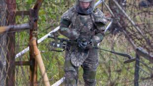 Một binh sĩ Hàn Quốc rà phá mìn trong khu phi quân sự DMZ ngày 02/10/2018.