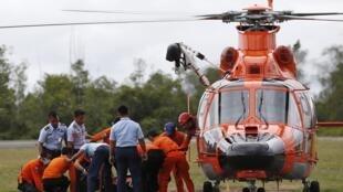 Đội cứu hộ bắt đầu chuyển các thi thể nạn nhân của chuyến bay  QZ8501 tìm thấy trên biển vào bờ, ngày 31/12/2014.